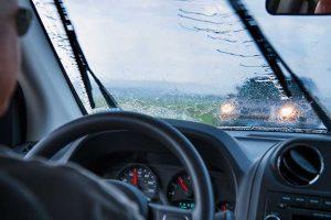 Chia sẻ kinh nghiệm lái xe khi trời mưa